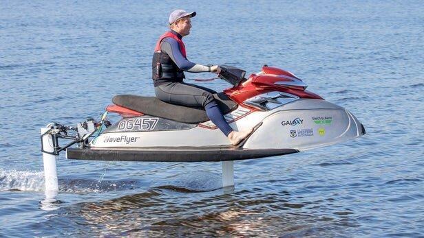 ساخت اولین جت اسکی برقی جهان که روی آب پرواز می نماید